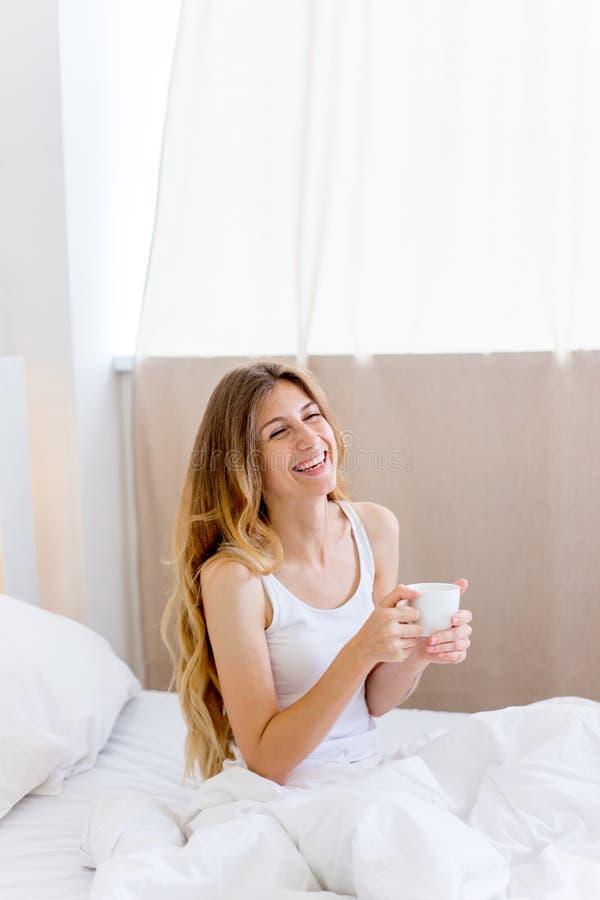Ung härlig kvinna som har frukosten i underlag fotografering för bildbyråer