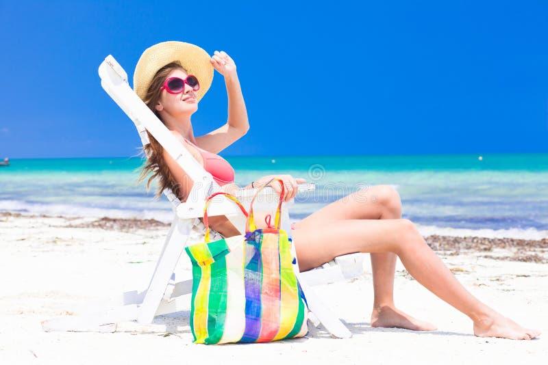 Ung härlig kvinna som kopplar av på stranden arkivfoto