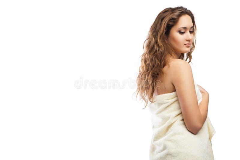 Ung härlig kvinna som slås in i handduk efter bad royaltyfria foton