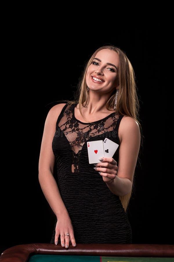 Ung härlig kvinna som spelar i kasino Flicka som rymmer den vinnande kombinationen av pokerkort överdängare två royaltyfria foton