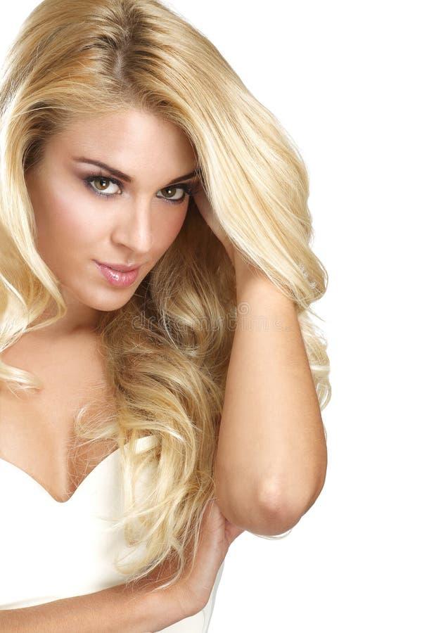 Ung härlig kvinna som visar hennes blonda hår arkivfoto