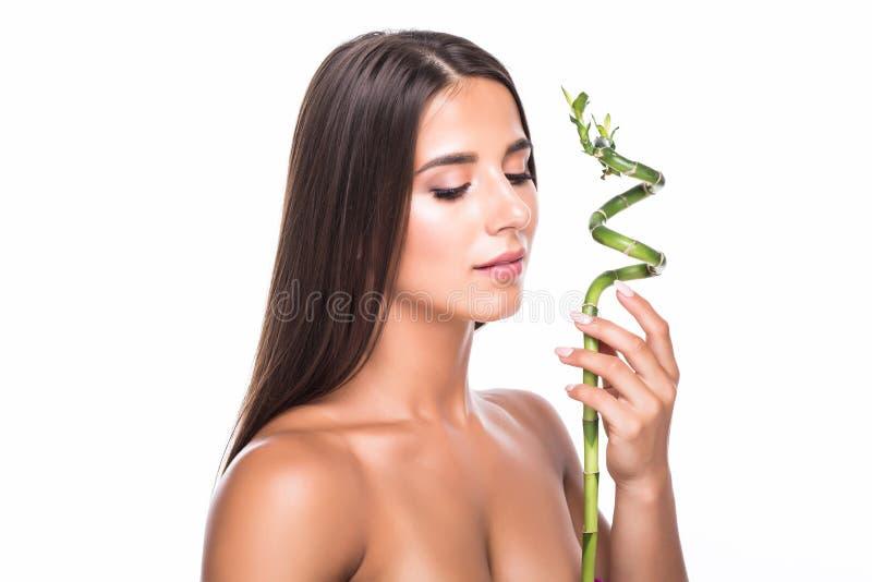 Ung härlig kvinnaframsidastående med det gröna bladet och stängda ögon som isoleras på vit arkivbild