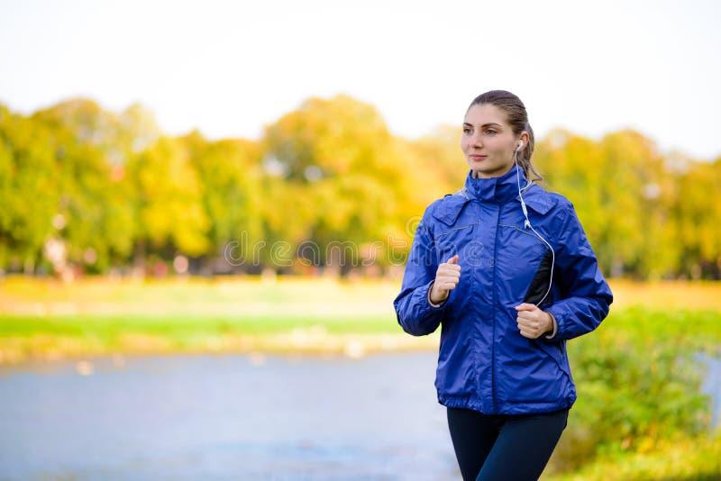 Ung härlig kvinnaspring i Autumn Park arkivbild