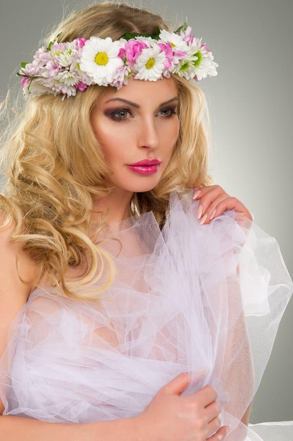 Ung härlig kvinnastående med kransen av blommor royaltyfria bilder