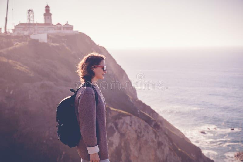 Ung härlig kvinnaturist med en ryggsäck, mot backden arkivbilder