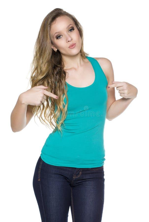 Ung härlig kvinnlig med mellanrumsgräsplanskjortan arkivbild