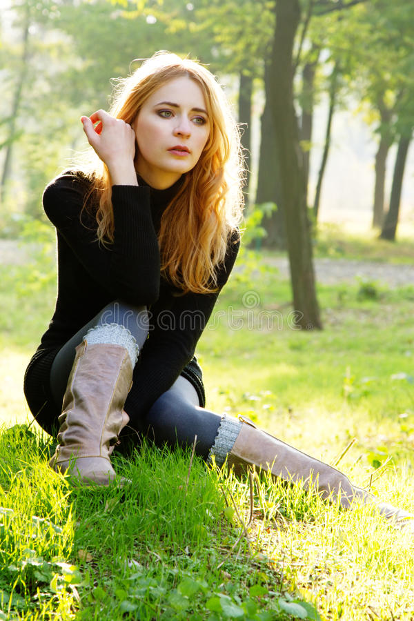 Ung härlig lady i en höstpark royaltyfri fotografi