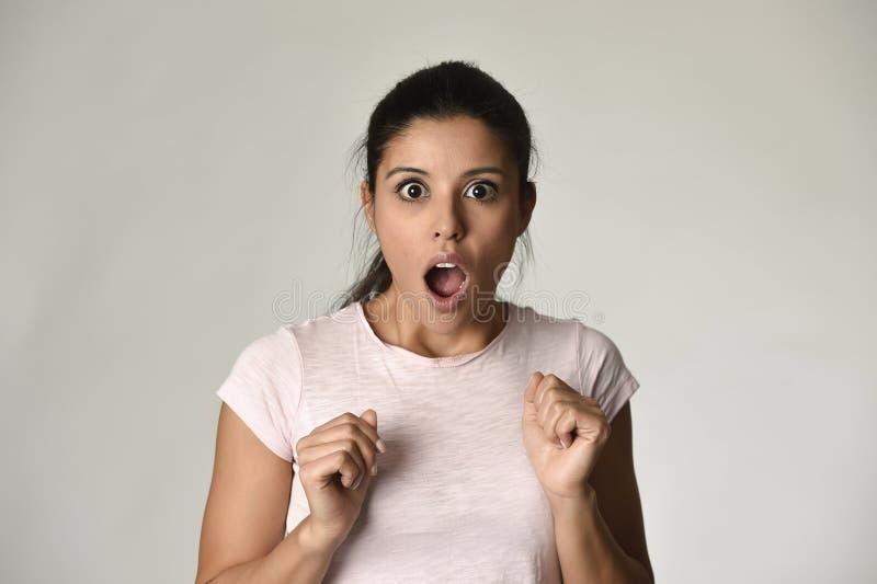 Ung härlig latinamerikan förvånad kvinna som förbluffas i chock och överraskning med öppnat stort för mun royaltyfri bild