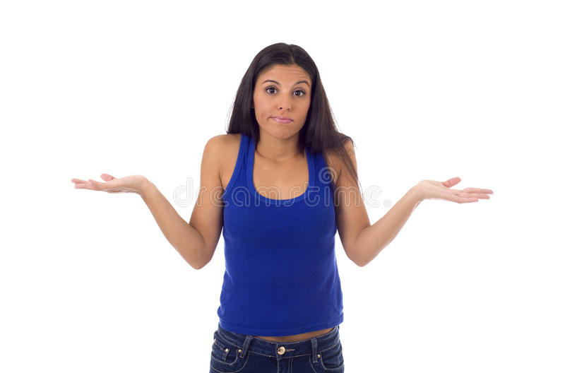 Ung härlig latinamerikansk kvinna i tillfällig överkant och jeans som ser borttappad och förvirrad royaltyfri foto