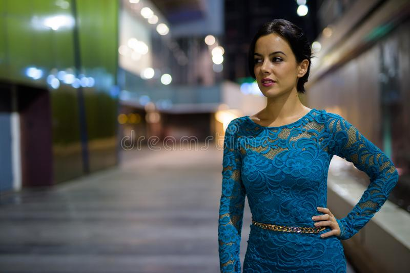Ung härlig latinamerikansk kvinna som undersöker stadsgatorna på nig arkivfoto
