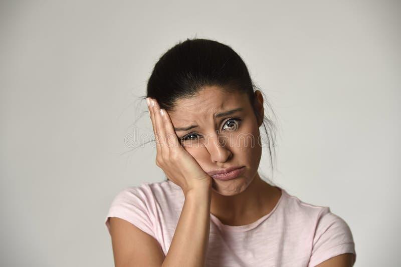 Ung härlig latinamerikansk ledsen kvinna som är allvarlig och som är bekymrad i bekymrat deprimerat ansiktsuttryck royaltyfri fotografi