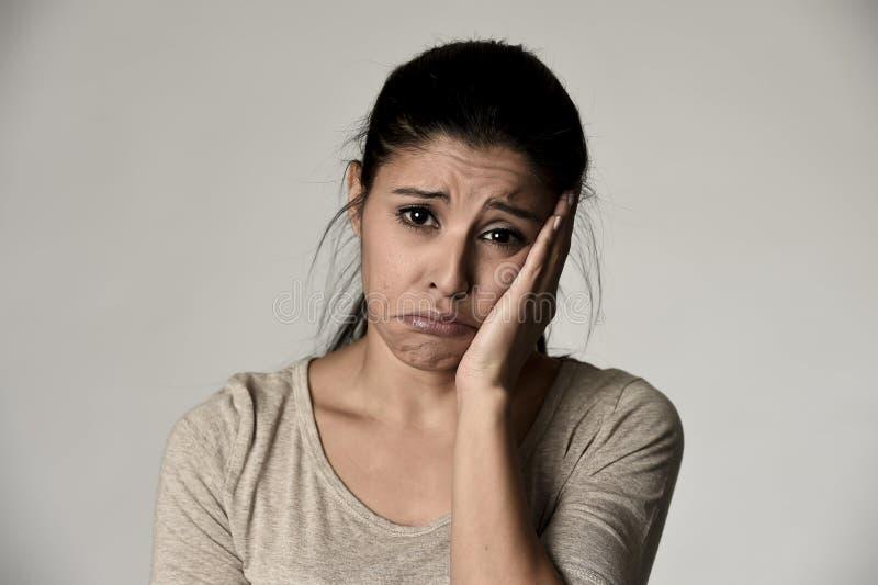 Ung härlig latinamerikansk ledsen kvinna som är allvarlig och som är bekymrad i bekymrat deprimerat ansiktsuttryck arkivbild