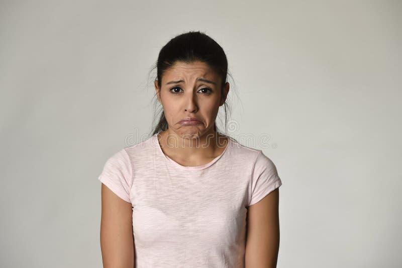 Ung härlig latinamerikansk ledsen kvinna som är allvarlig och som är bekymrad i bekymrat deprimerat ansiktsuttryck arkivfoton