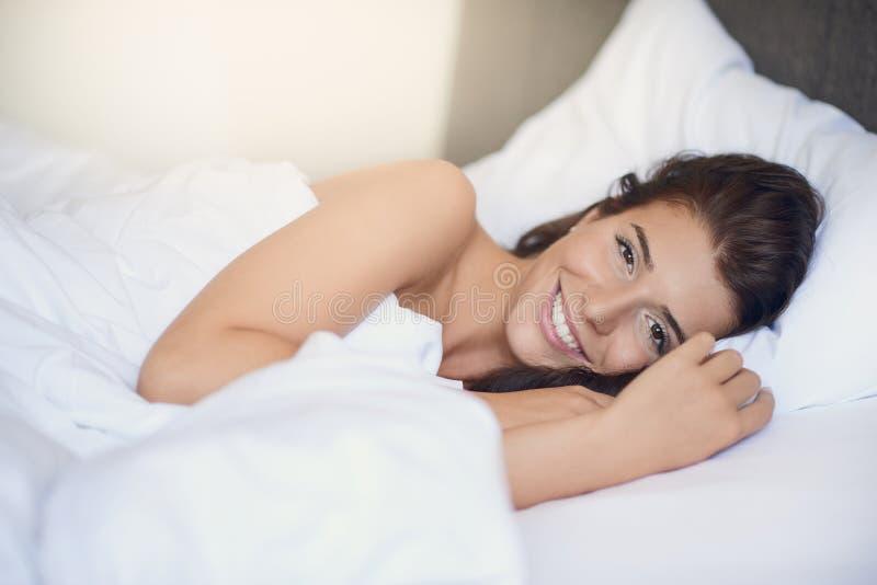 Ung härlig latinsk kvinnakvinna med långt brunetthår royaltyfri bild