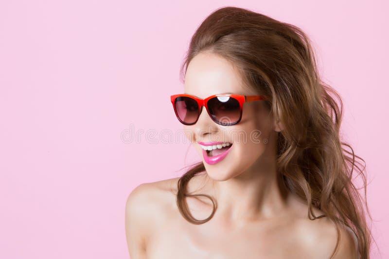 Ung härlig le flicka i exponeringsglas arkivbilder