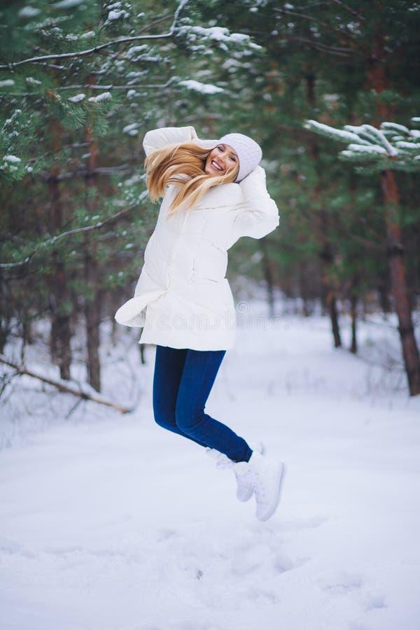 Ung härlig le flickastående i vinterskog arkivfoton