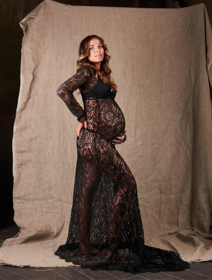 Ung härlig le gravid kvinna Lyckligt moderskapbegrepp royaltyfri foto