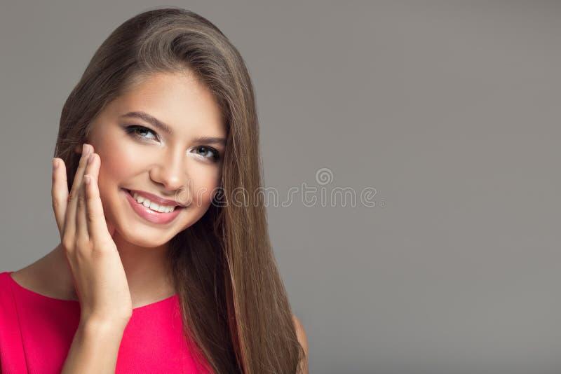 ung härlig le lycklig kvinna hår long royaltyfri foto