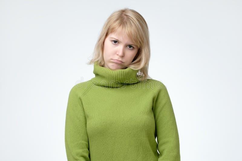 Ung härlig ledsen nordisk kvinna som ser bekymrad och fundersam royaltyfria bilder