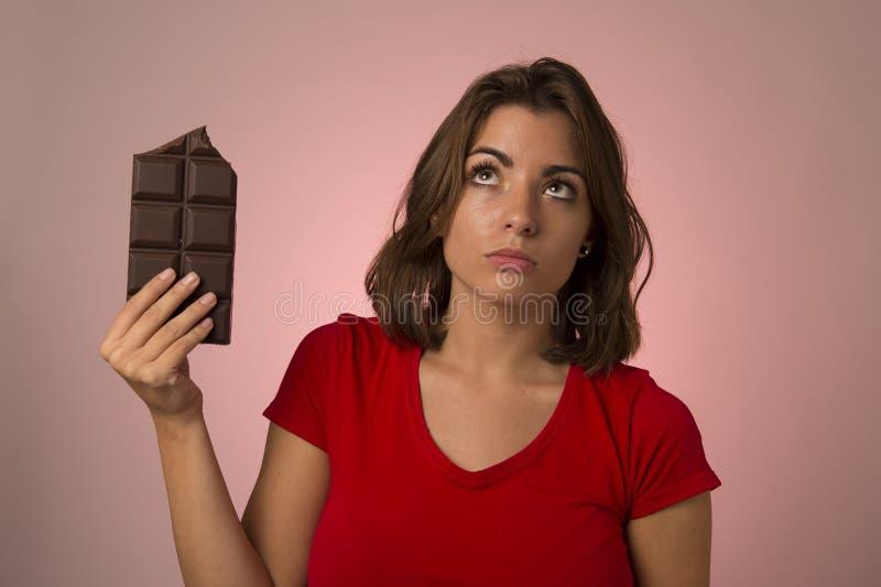 Ung härlig lycklig och upphetsad kvinna som rymmer stora chokladlodisar arkivfoto