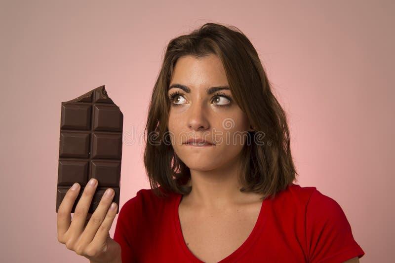 Ung härlig lycklig och upphetsad kvinna som rymmer stora chokladlodisar arkivbilder