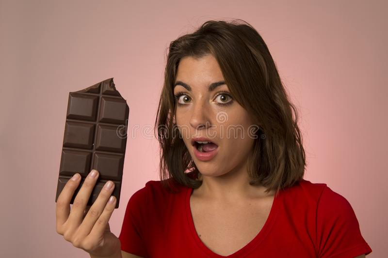 Ung härlig lycklig och upphetsad kvinna som rymmer stora chokladlodisar royaltyfri bild