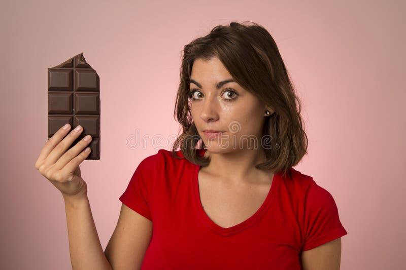 Ung härlig lycklig och upphetsad kvinna som rymmer stora chokladlodisar arkivfoton