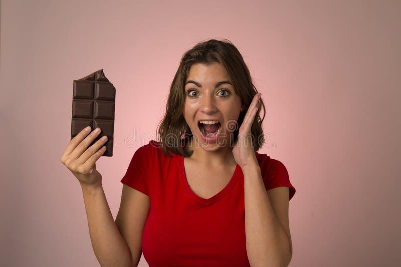 Ung härlig lycklig och upphetsad kvinna som rymmer stora chokladlodisar fotografering för bildbyråer