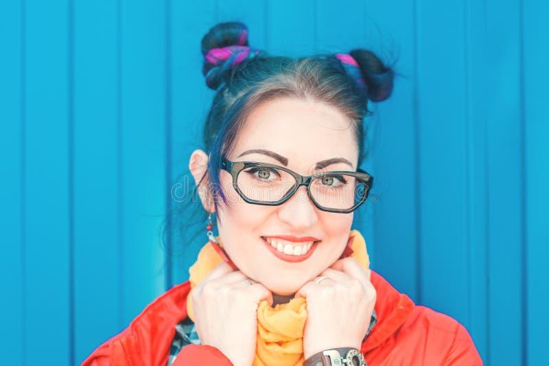 Ung härlig modehipsterkvinna med färgrikt hår royaltyfri foto