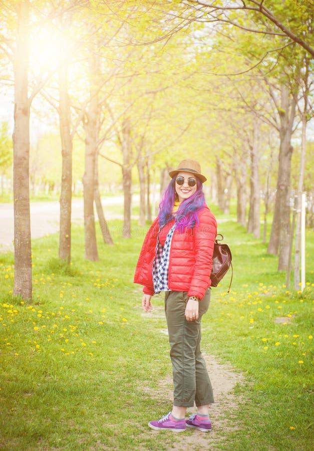 Ung härlig modehipsterkvinna med färgrikt hår arkivfoton