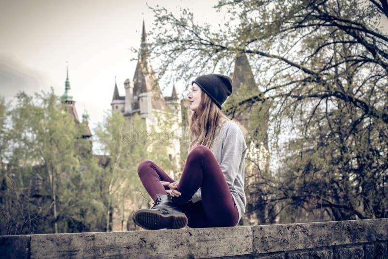 Ung härlig modekvinna royaltyfri foto