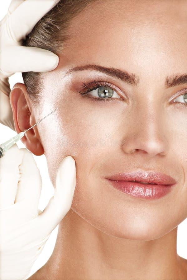 Ung härlig modell som injicerar en kosmetisk behandling royaltyfri fotografi