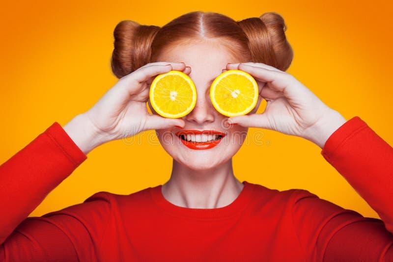 Ung härlig modemodell med citronen härlig för studiokvinna för par dans skjutit barn royaltyfria bilder