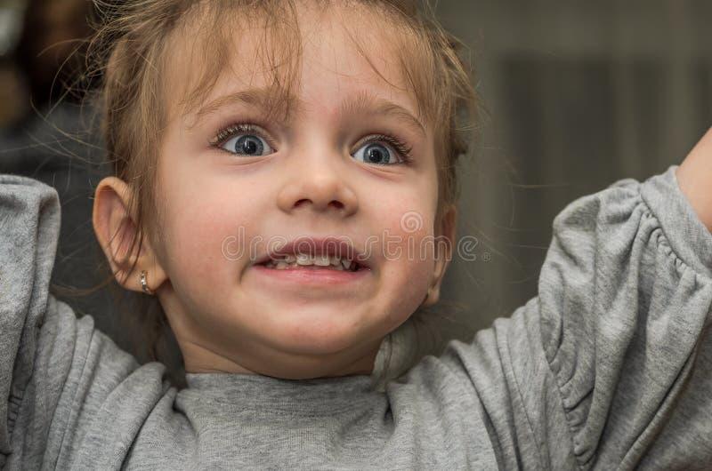 Ung härlig moder med hennes dotterattraktion med färgrika blyertspennor på papper, lycklig familj fotografering för bildbyråer