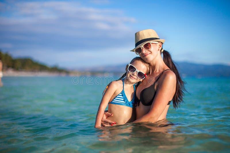 Ung härlig moder och hennes förtjusande litet fotografering för bildbyråer