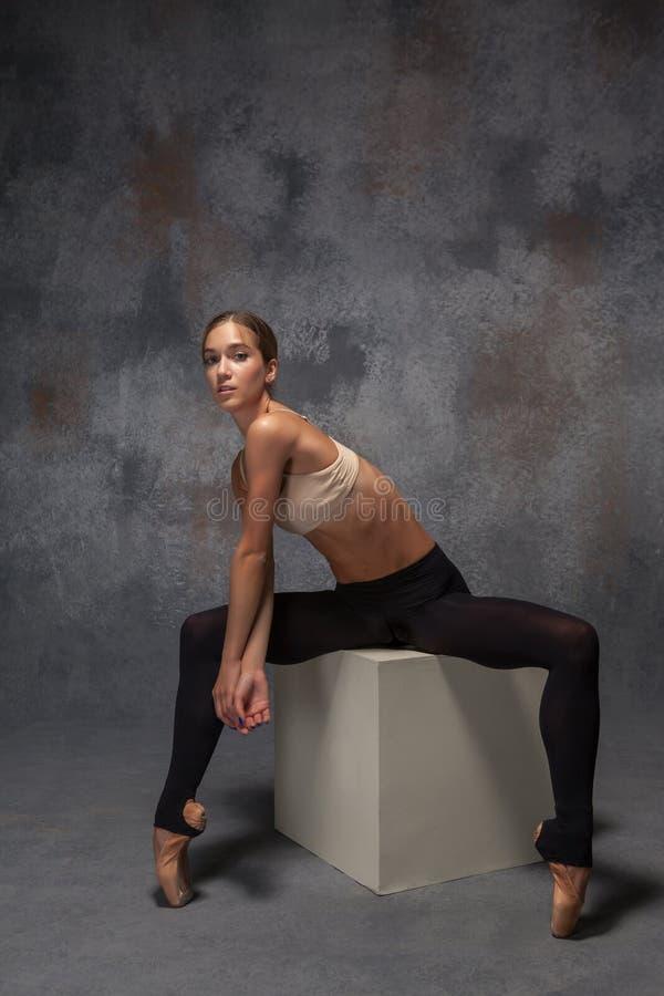 Ung härlig modern stildansare som poserar på a fotografering för bildbyråer