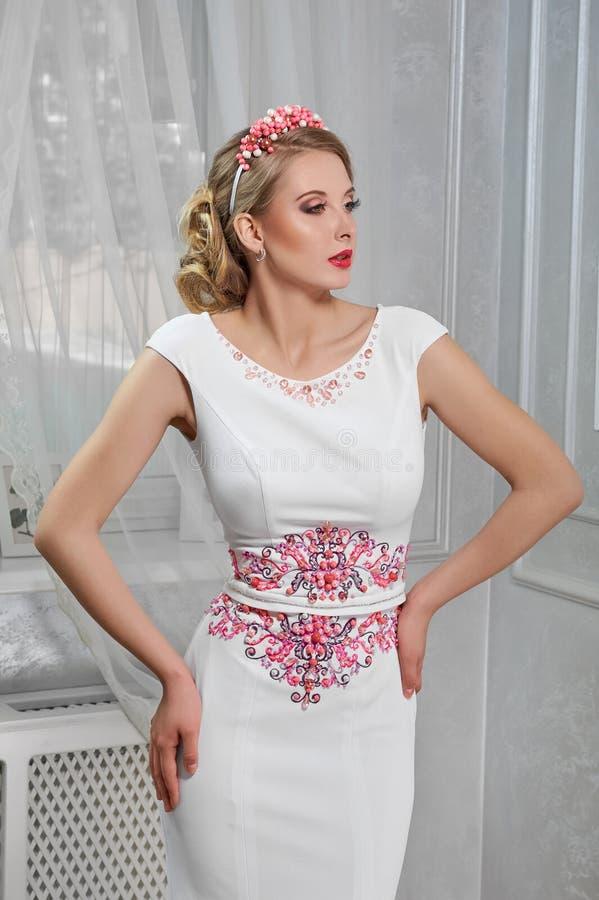 Ung härlig nätt kvinna, flicka i lång vit klänning med rött fotografering för bildbyråer