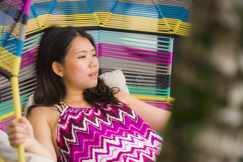 Ung härlig och lycklig asiatisk kinesisk turist- kvinna som kopplar av på den tropiska simbassängen för lyxig semesterort som sit royaltyfria foton