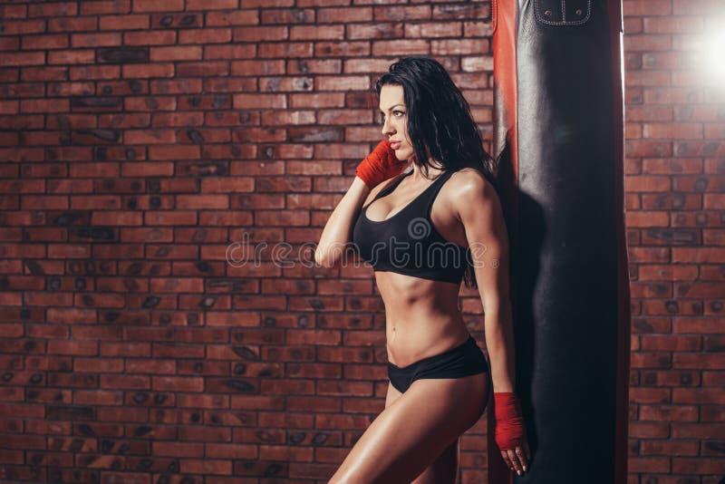Ung härlig sexig boxarekvinna med röd boxning royaltyfri fotografi