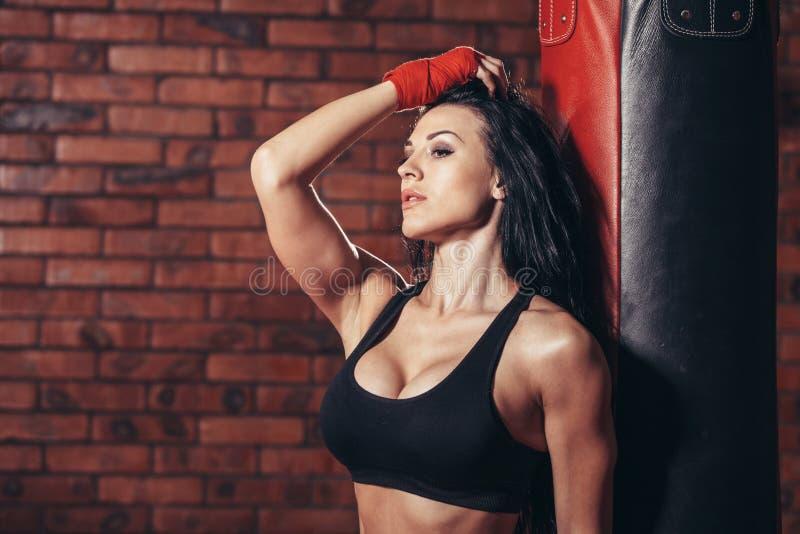 Ung härlig sexig boxarekvinna med röd boxning royaltyfri bild