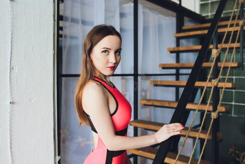 Ung härlig sexig kvinna i röd kropp royaltyfri foto