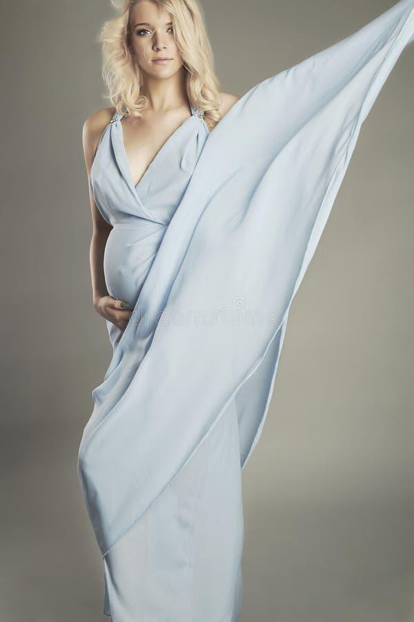 Ung härlig sexig och stilfull gravid kvinna Blond brud i bröllopsklänning fotografering för bildbyråer