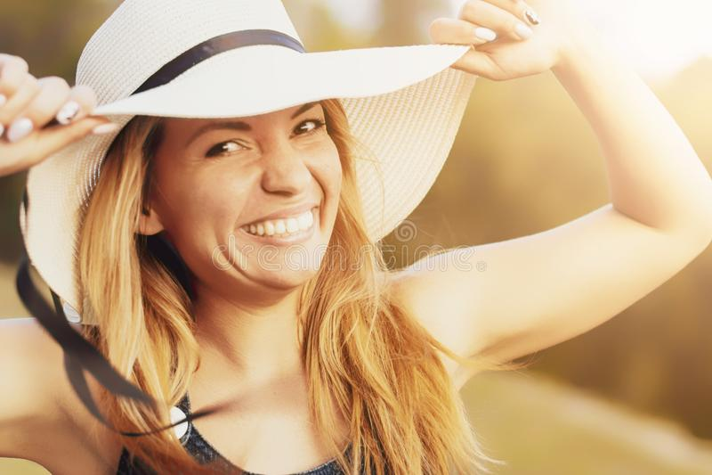 Ung härlig ung sexig sportig flicka med styggt leende utanför i sommar fotografering för bildbyråer