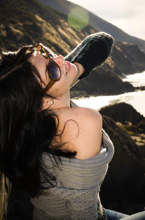 Ung härlig skämtsam kvinna som poserar på Stillahavskusten royaltyfria foton