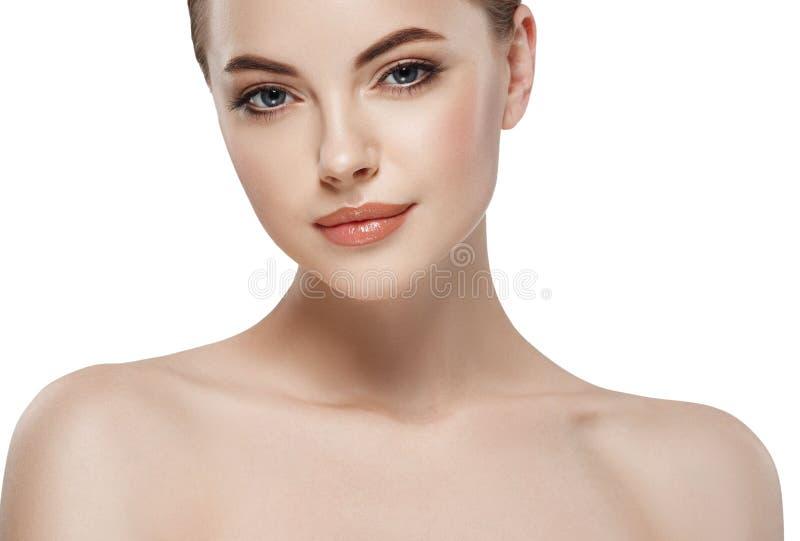 Ung härlig stående för skönhet för kvinnaframsidanärbild med sund naturhud och perfekt smink fotografering för bildbyråer