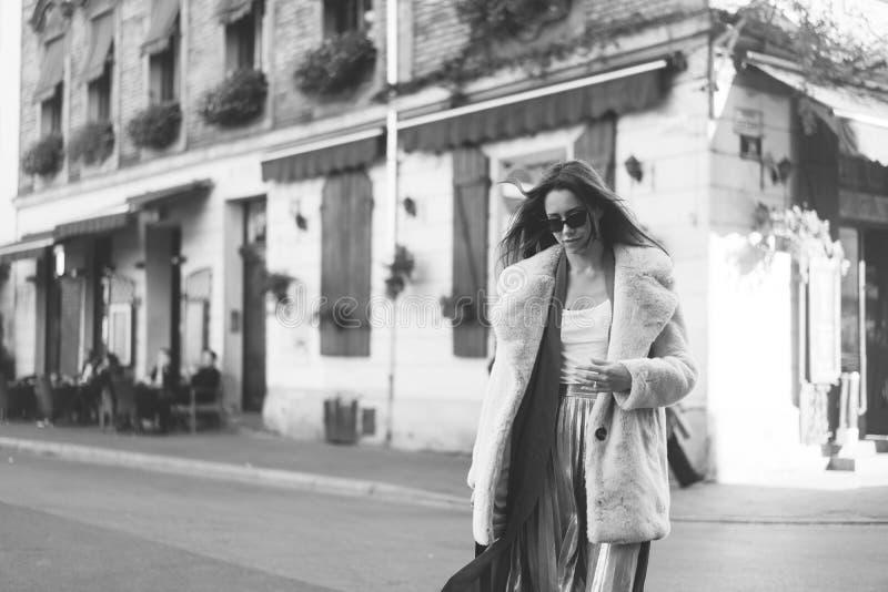 Ung härlig stilfull kvinna som går i rosa lag arkivfoto