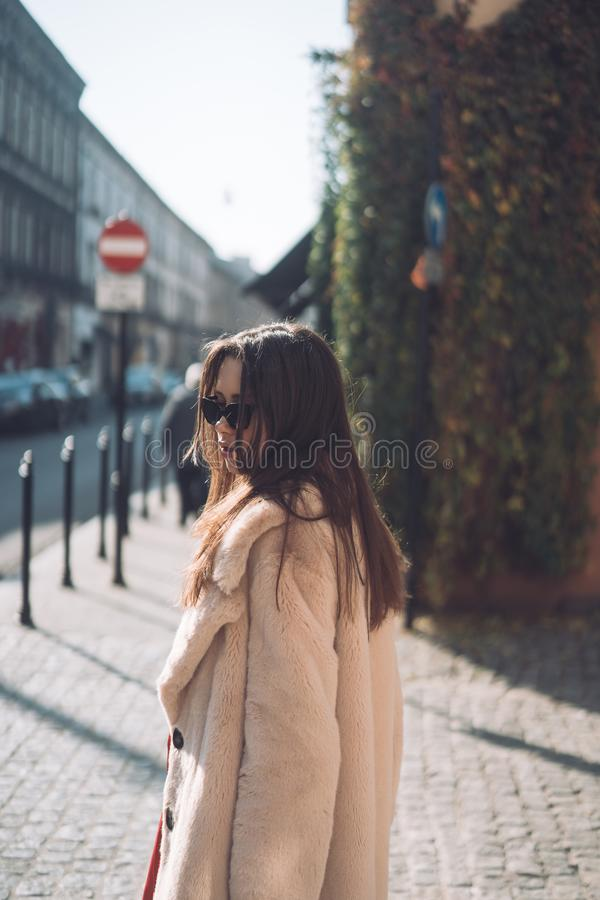 Ung härlig stilfull kvinna som går i rosa lag arkivfoton