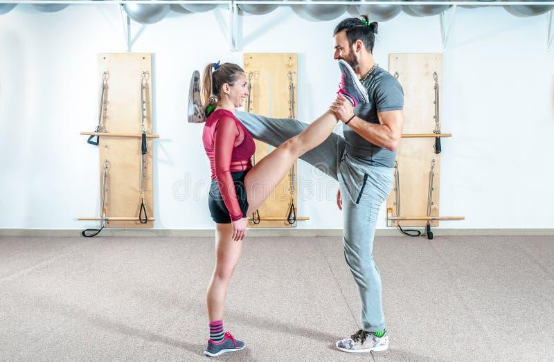 Ung härlig sund övning för yoga för konditionpargenomkörare och sträckning för långt och sunt liv, verkligt folk inget posera, se fotografering för bildbyråer