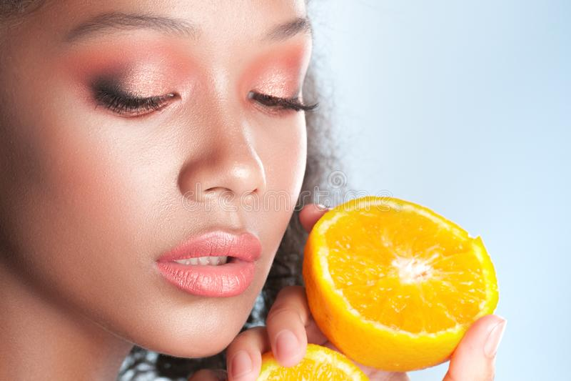 Ung härlig svart flicka med ren perfekt hud med citronen arkivfoto