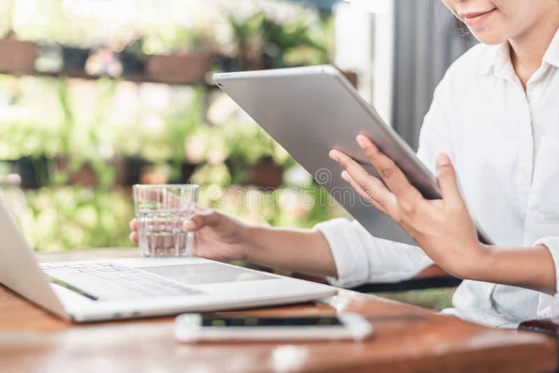 Ung härlig yrkesmässig kvinnlig freelancer som gör forskningar, medan surfa i internet under avståndsarbete på bärbar datordatore arkivbild